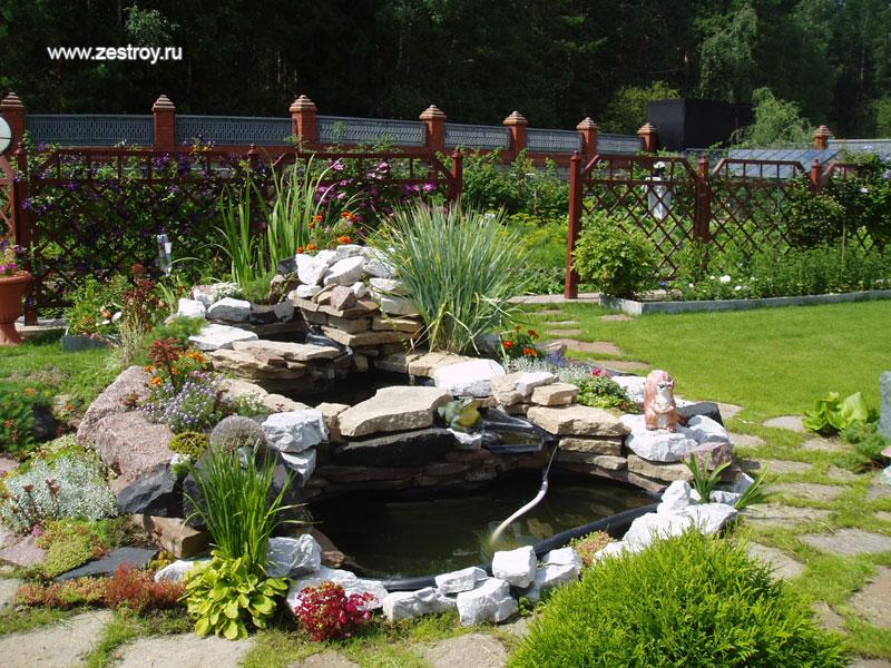 Красивый сад на загородном участке и
